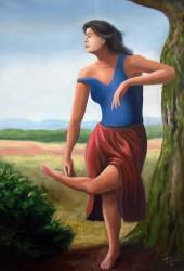 Mulher apoiada em árvore